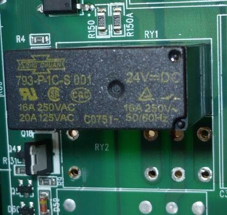 ИБП APC Smart SUA1500I, реле RY1 и посадочное место под реле RY2. Реле RY2 демонтировано для последующей замены.